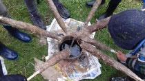 Bei unserem Versuch Fackeln selbst zu bauen haben wir jedemenge Wachs geschmolzen. Dann haben wir Stöcker mit Zeitungspapier umwickelt. Jute Stücke werden dann in das heiße Wachs getaucht und um das Zeitungspapier gelegt. Schmierige Angelegenheit aber super.