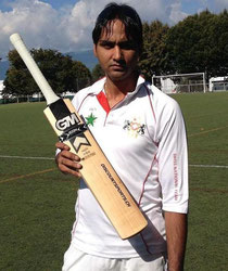Amandeep Singh proudly displaying his GM Icon Bat won in the joint DiscountSports.ch & SwissCricket.ch competition
