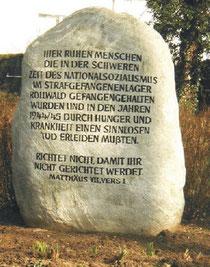 Gedenkstein auf dem ehemaligen Lagerfriedhof Rollwald