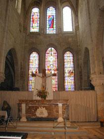 Blick auf den Hauptaltar mit den neuen Fenstern