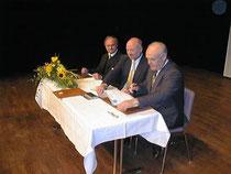 Die Bürgermeister Hirschl, Przibilla und Blumenfeld unterzeichnen die Partnerschaftsurkunde
