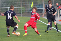 Rudi Wasirow setzt den Spieler des SV Flieden unter Druck