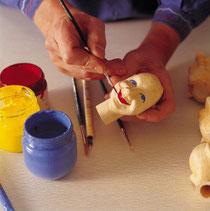 l細かい作業では、すべてのKERSAウッドヘッド(木製頭部)は、個々に、手描きで環境に配慮した顔料で描かれています。
