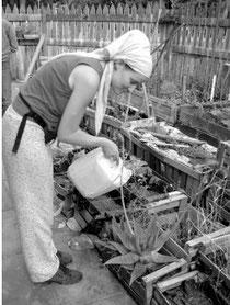 Ella beim Gießen in einem urbanen Garten in Buenos Aires