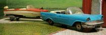 Chrysler décapotable à laquelle est attelé un canot moteur Rocca
