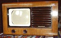 1948 : Téléviseur Grammont - présentation en placage de noyer très similaire à celle d'un poste TSF et petit écran de seulement 22 cm de diagonale