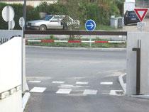 Sortie du parking directement sur la piste cyclable sans visibilité de part et d'autre