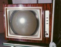 Un des premiers téléviseurs couleurs commercialisé en 1968, le CFT RS15 . Rondeur de l'écran ...
