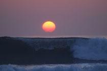 朝日の昇る海岸