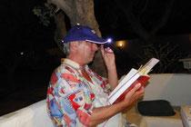 Manfred Schloßer: während der Autorenlesung bekam ich von Roland, dem Veranstalter, eine Kappe mit Lämpchen aufgesetzt, was mich an ein Grubenlämpchen erinnerte. Spontan las ich deshalb eine Geschichte aus dem Kohlenpott...