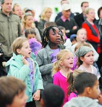 Les enfants et les adultes ont participé massivement à la fête interculturelle «Je Tène!» dimanche. (CHRISTIAN GALLEY)
