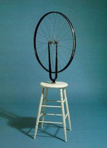 Roue de bicyclette,  métal, bois peint,  32X127X64 cm, 1913.