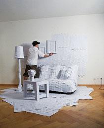 Adrian Merz en train d'assembler des milliers de post-it.