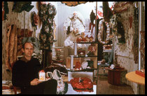 Claes Oldenburg dans son magasin « The Store » en 1961.