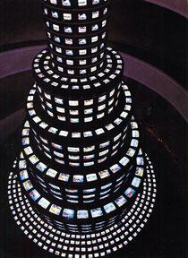 Nam June Paik, The More the Better, installation avec 1 003 écrans de télévision et une structure en acier, images animés et son, 1988.