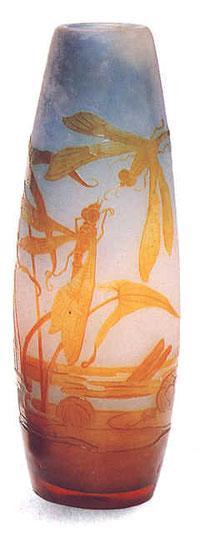 Emile Gallé, Vase en verre camée aux motifs de libellules et de nénuphars,1900.  (camée désigne la technique du dessin en bas-relief réalisé en gravant la matière pour révéler différentes couches, dans le verre ou dans des pierres précieuses)