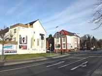 Auch die Stadt Grevenbroich kann mit gutem Beispiel vorangehen, indem solche Werbefriedhöfe an einer der wichtigen Zugangsstraßen ins Bahnhofsquartier beseitigt werden. Das Haus befindet sich in städtischem Besitz.