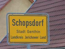 Am Ortseingang von Schopsdorf steht das Ortsschild. Nicht weit dahinter liegt unser Ökohof. Schopsdorf ist die Gemeinde und Stadt Genthin eingemeindet worden. Sie ist eine der Gemeinden im Landkreis Jerichower Land.