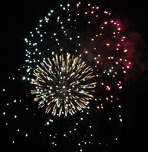 実家の庭から撮った花火です。