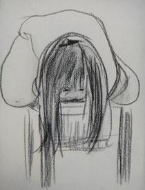 あ~お腹痛い…とピアノの椅子に乗っかる娘…