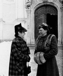 Klara mit Obersten-Gattin Valerie als Freundin vor Maria Zell