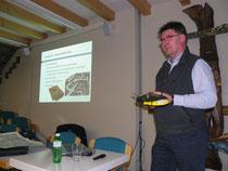 Kreisgeometer Christoph Koch referierte über die Entwicklung der Vermessung. In der Hand hält er den Teil einer Drohne.