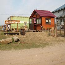 赤い屋根の小さな売店