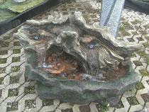 Kunstoffbrunnen beleuchtet