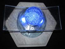 drehende Glaskugel mit Glasskulptur