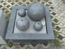 Granitgefäss mit Kugeln