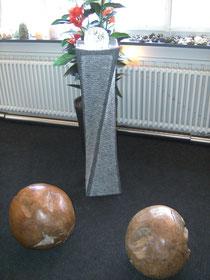 Granitsäule verdreht mit 15 cm Glaskugel