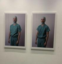 Die Bilder von Professor hängen im Klinikflur.