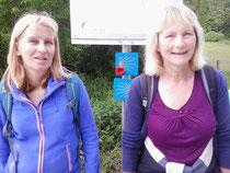 Angelika und Moni. Im Hintergrund sieht man die Pilgerwegweiser