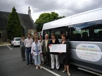 Mmes QUEMARD et DOUCET avec quelques administrateurs de l'Association devant le véhicule
