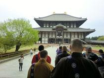東大寺に向かって行道