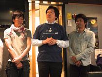 2011年のトークショーで販売した復港Tシャツを着て、打上げに登場した安達さん