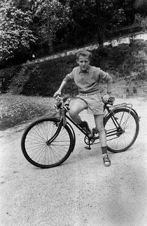 Dieter Zimmer als junger Mann auf seinem geliebtem Fahrrad, ca. 1955