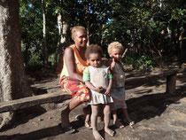 Ni-Vanuatu Mutter mit ihren zwei Kindern