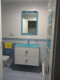 Baño en Torredelcampo blanco y azul