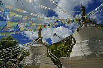 Stupas und Gebetsfahnen: ganz tibetisch.