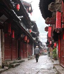 In den - noch leeren - Gassen Lijiangs.