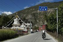 Dem Tibet-Sichuan-Highway folgend.