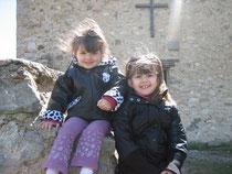 Avec ma soeur devant la chapelle
