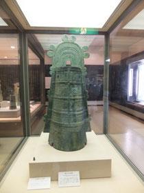 銅鐸は、明治14年に14個、昭和37年に10個、小篠原の大岩山から発見された。その中には、高さ134.7センチ、重さ45.47キログラムと日本一の大きさを誇る巨大な銅鐸もあった。