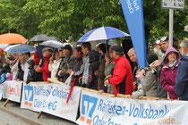 Auch bei schlechtem Wetter, wie 2014, drängen sich die Zuschauer, um ihre Läufer anzufeuern (Foto: Spaller/Koppe)