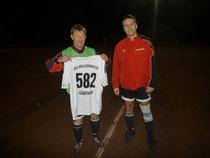 Günter Stendebach (links) hat sein 582. Spiel in der Alt-Herren-Fußballmannschaft bestritten. Dazu gratulierte der AH-Abteilungsleiter Thomas Kohlhaas (rechts).