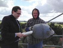 Pfarrer Albrecht Preisler bringt die befüllte Schatulle in die Kirchturmspitze ein. (© Foto: Wieck & Partner)