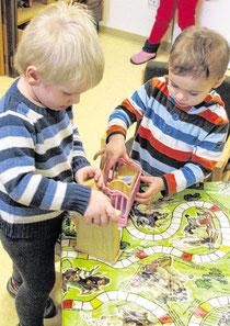 Mit großen Augen bestaunen die Kinder ihr neues Kindergartenzuhause. (Foto: Doris Ritzka)