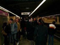 かなりの人が利用する地下鉄構内