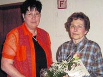 Anerkennung für 25 Jahre Mitgliedschaft: Elisabeth Schmuland zeichnet Helga Thiel (rechts) aus